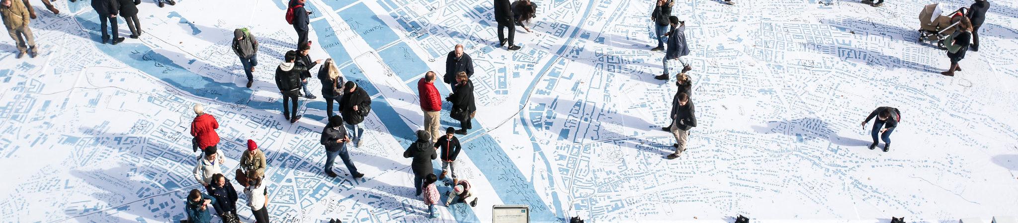Besucher des Urban Village Festivals am Wiener Rathausplatz bestaunen die größte Wienkarte aller Zeiten. Foto von Christian Fuerthner