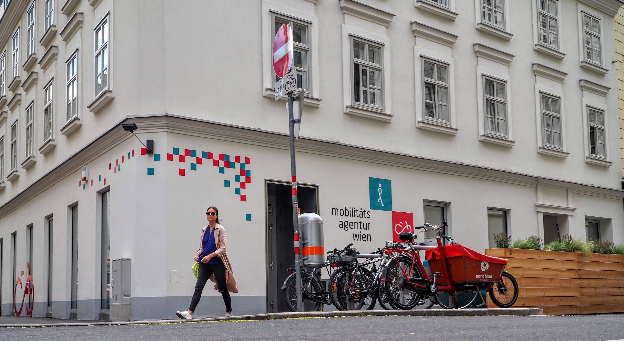 Eine Passantin geht am Büro der Mobilitätsagentur Wien vorbei. Foto von Daniel Böhm