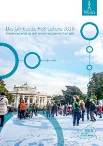Titelbild des Evaluierungsberichts zum Jahr des Zu-Fuß-Gehens. Motiv ist der Rathausplatz, vor dem die größte Wienkarte ausgebreitet ist. Foto von Christian Fürthner