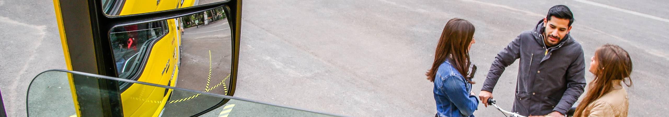 Der Tote Winkel ist der Bereich in dem Menschen aus dem Führerhaus eines Lkw hinaus nicht zu sehen sind. Trotz Spiegel.