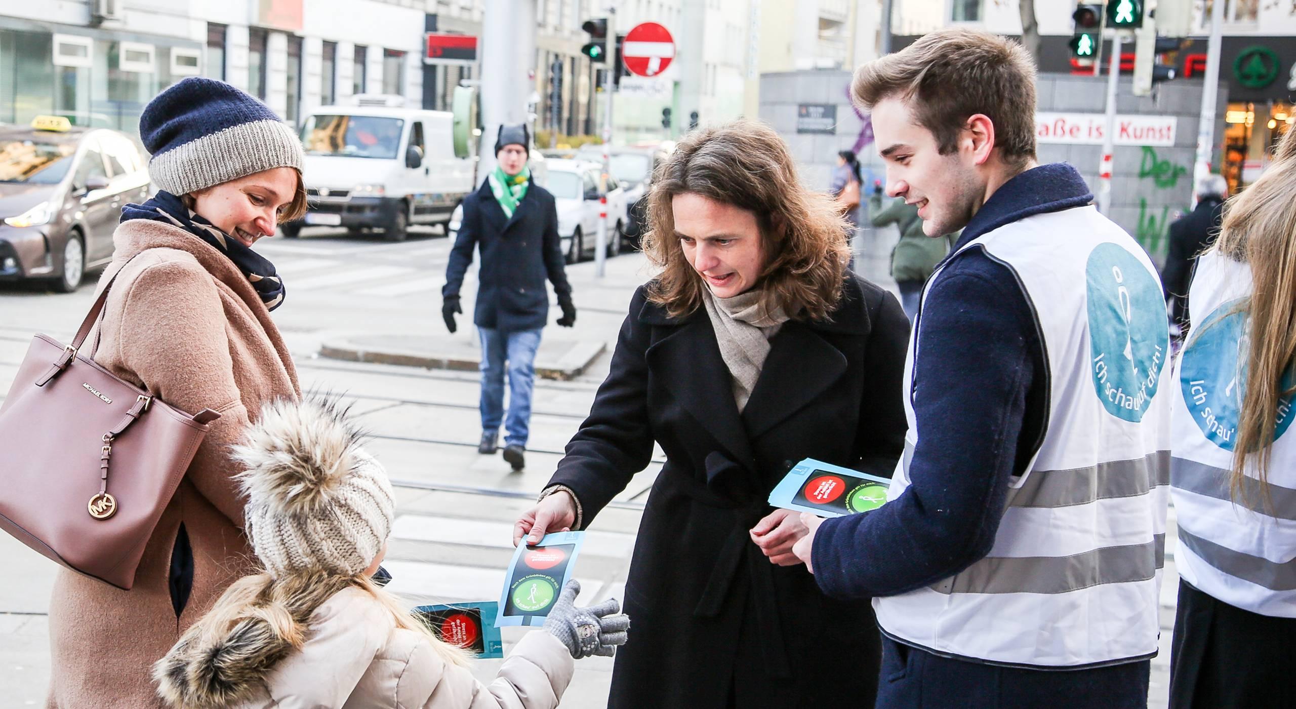 Fußverkehrsbeauftragte Petra Jens informiert an Kreuzungen zum richtigen Verhalten an der Ampel. Foto: Christian Fürthner