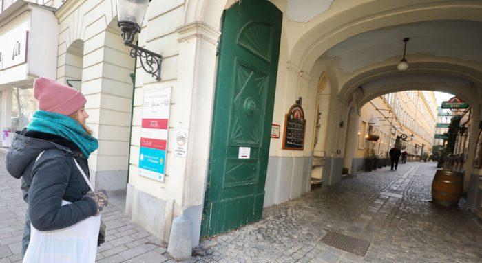 Der öffentliche Durchgang Sünnhof in der Landstraße Hauptstraße wurde mit einem blauen Schild markiert. Foto: Christian Fürthner