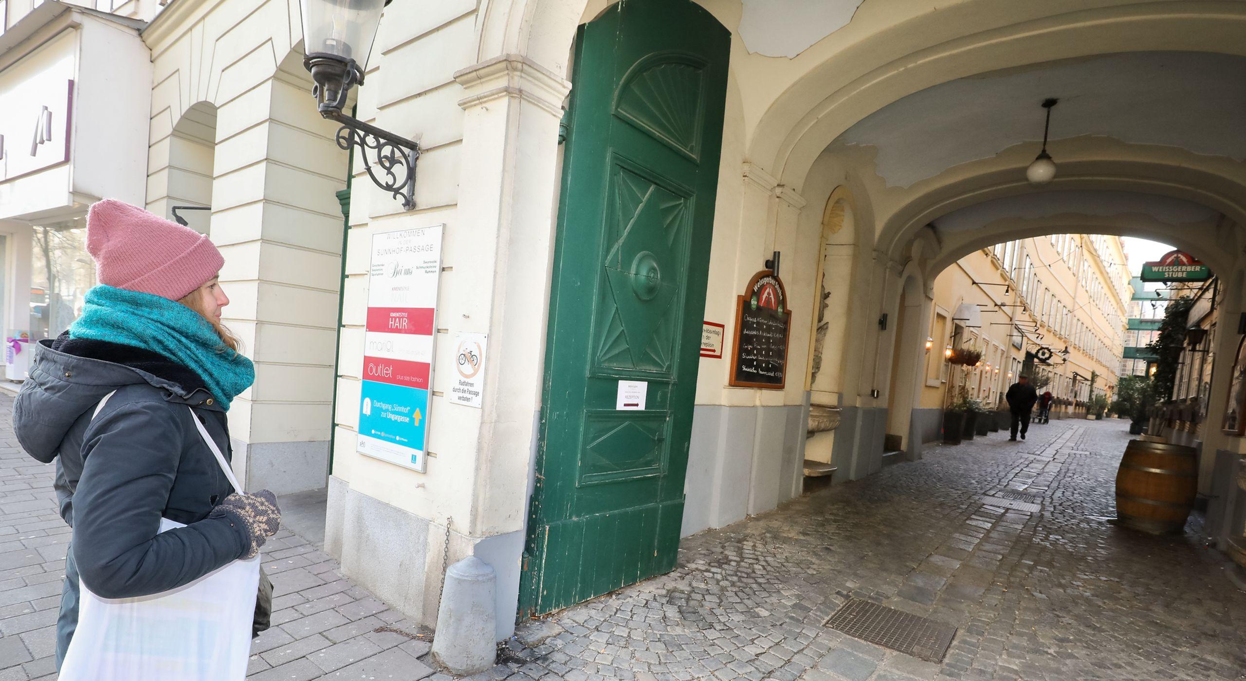 Im Jahr 2018 wurden erstmals öffentliche Durchgänge mit einem blauen Infoschild markiert. Zu sehen ist der Sünnhof, ein Durchgang im 3. Bezirk. Foto: Christian Fürthner