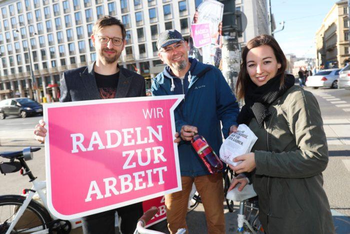 Radverkehrsbeauftragter Martin Blum und Alec Hager (Radvokaten) verteilen Frühstückssackerl an Radfahrinnen und Radfahrer. Foto: Christian Fürthner