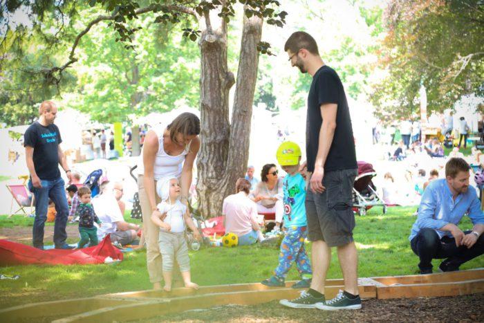 Im Barfuß Parcour von Wien zu Fuß kann man den Boden spüren. Der Parcours ist ein Highlight bei vielen Veranstaltungen, wie etwa dem Genussfestival. Foto: Christian Fürthner