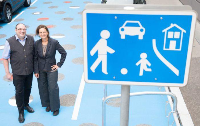 Die Wohnstraße in der Staglgasse im 15. Bezirk ist seit diesem Jahr bunt bemalt - blau mit roten und weißen Punkten. So wird darauf aufmerksam gemacht, dass Wohnstraßen für den Aufenthalt von Menschen und nicht zum Durchfahren von Autos gedacht sind. Foto: Sebastian Philipp