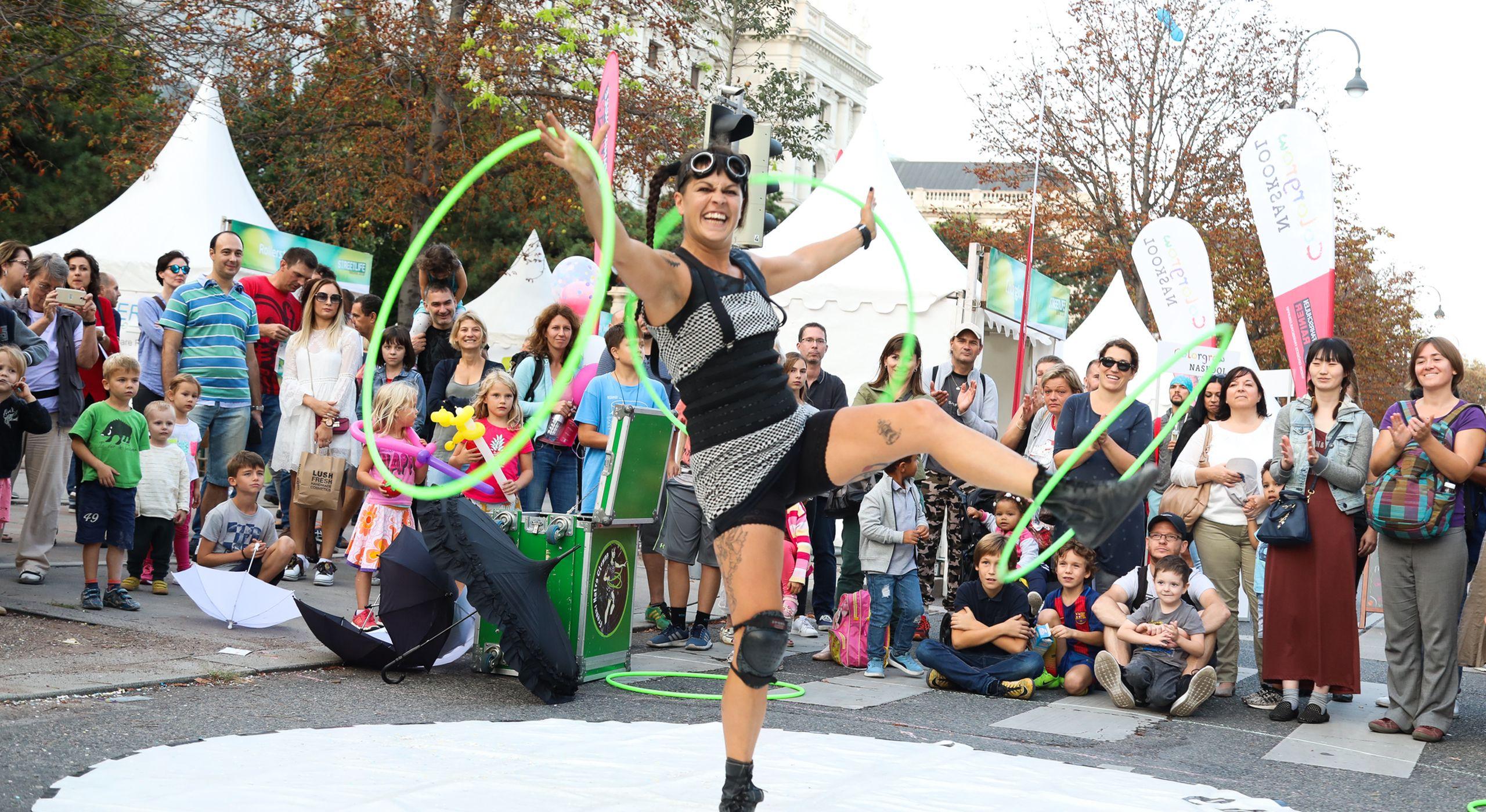 Eine Artistin beim Streetlife Festival jongliert mit Reifen. Foto: Christian Fürthner