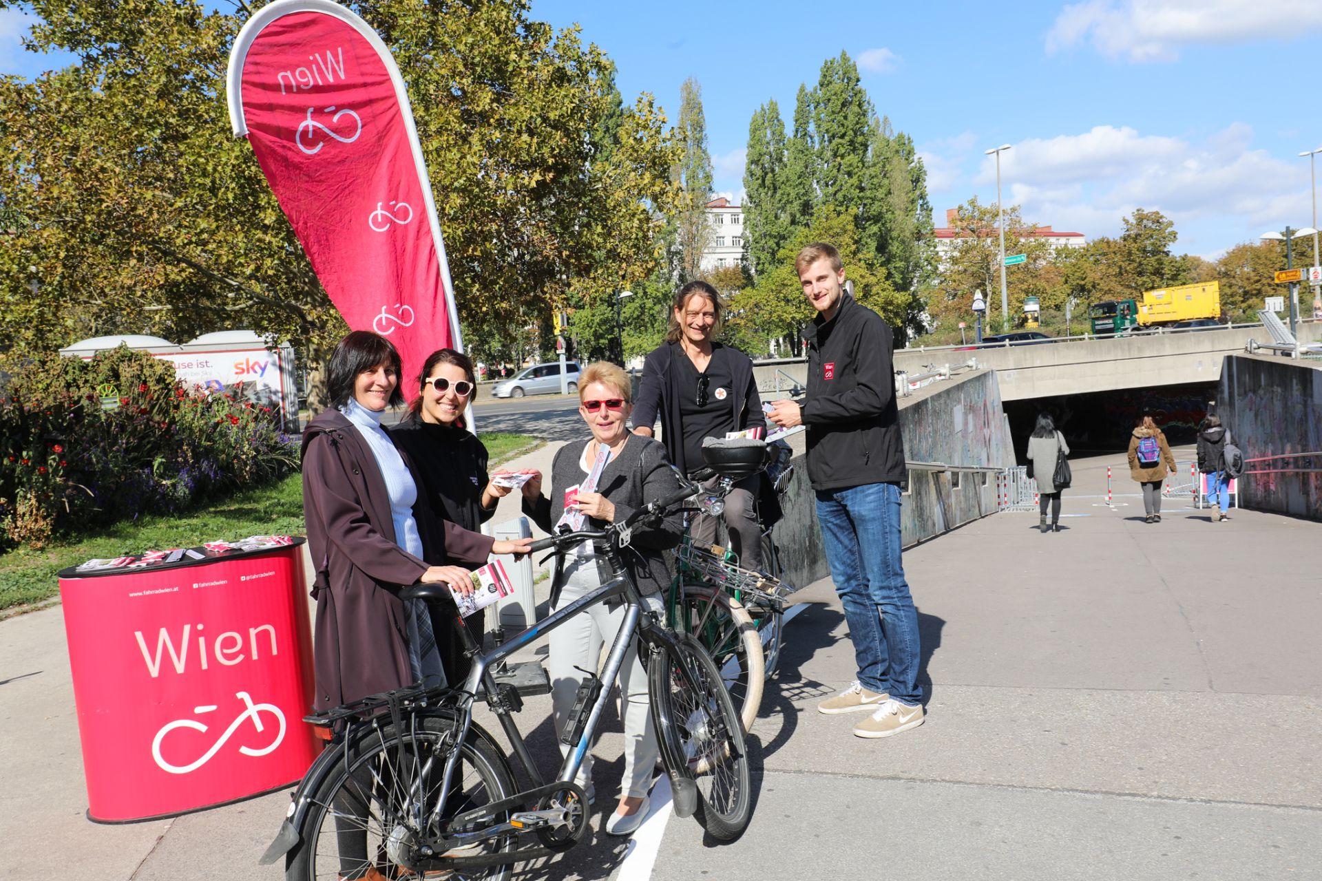In der Unterführung Friedrich-Engels-Platz darf seit Oktober 2018 auch Radgefahren werden. Fahrrad Wien machte gemeinsam mit BezirksvertreterInnen darauf aufmerksam, dass es gilt langsam und rücksichtsvoll unterwegs zu sein. Foto: Christian Fürthner
