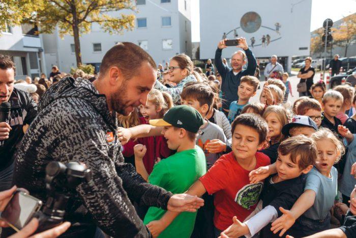 Fußballstar Steffen Hofmann unterstützt das Bewegungsspiel