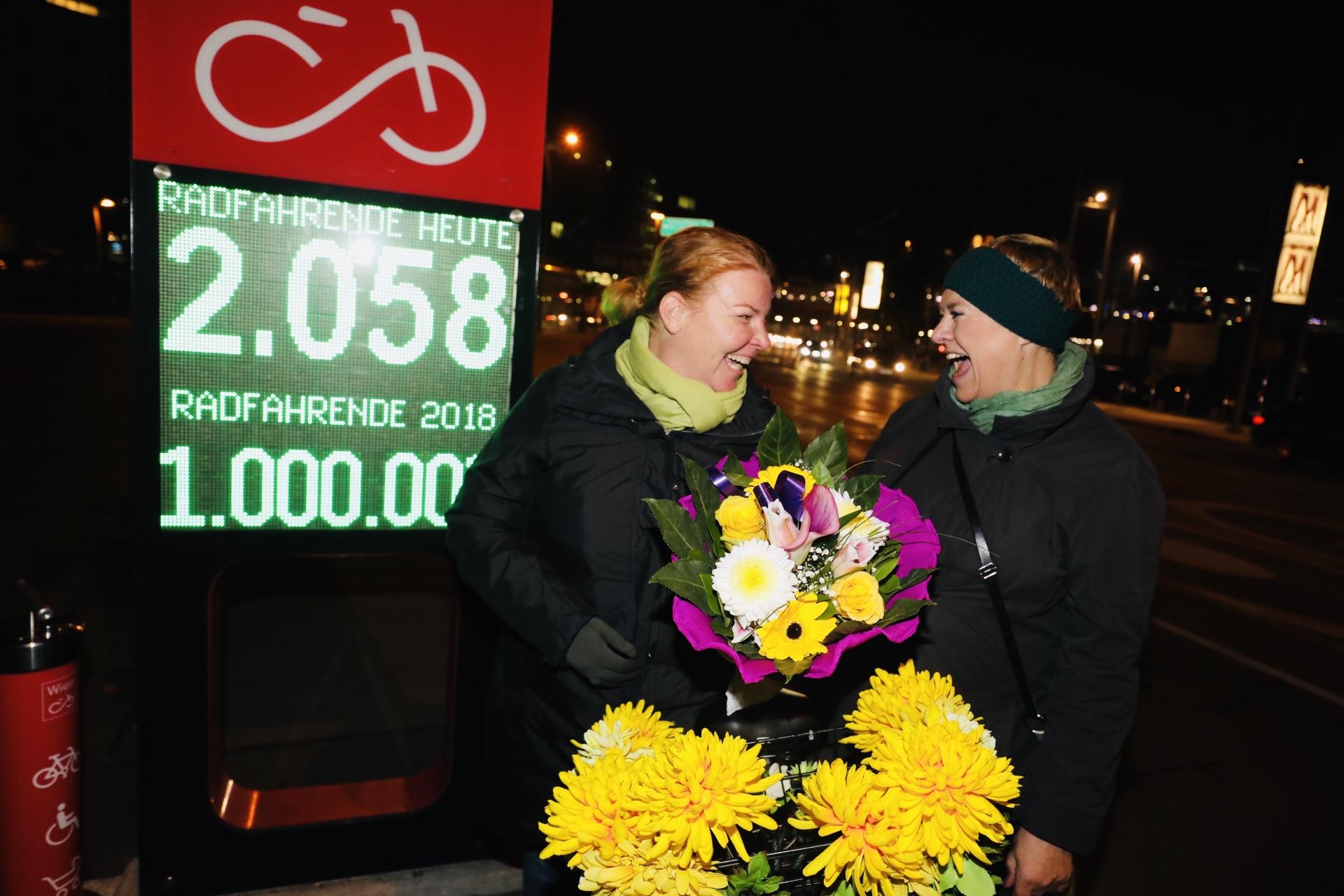 Bezirksvorsteherin Uschi Lichtenegger gratulierte der Millionsten-Radfahrerin, Frau Veronika Cizek, mit einem Strauß Blumen. Foto: Christian Fürthner