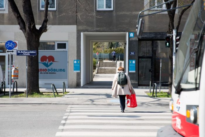 Markierter öffentlicher Durchgang in der Heiligenstädter Straße in Döbling.
