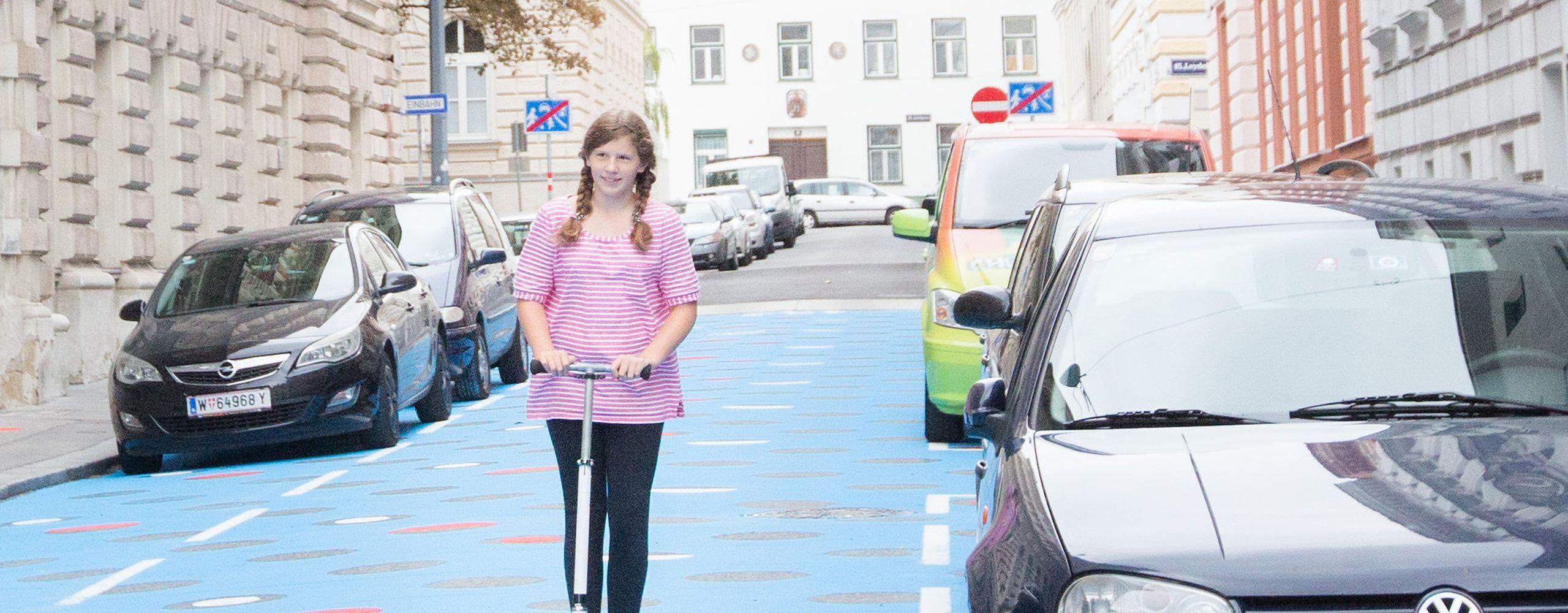 Die Wohnstraße in der Staglgasse im 15. Bezirk ist seit diesem Jahr bunt bemalt - blau mit roten und weißen Punkten. So wird darauf aufmerksam gemacht, dass Wohnstraßen für den Aufenthalt von Menschen und nicht zum Durchfahren von Autos gedacht sind. Foto: Allisar Najjar