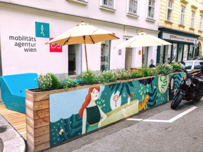 Das Parklet, ein kleiner Garten in der Parkspur, stand von April bis Oktober vor dem Büro der Mobilitätsagentur und wurde von der Nachbarschaft genutzt. Foto: Daniel Böhm