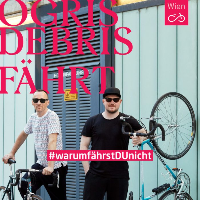 Die Musiker Ogris Debris fahren Fahrrad_Foto Ian Ehm