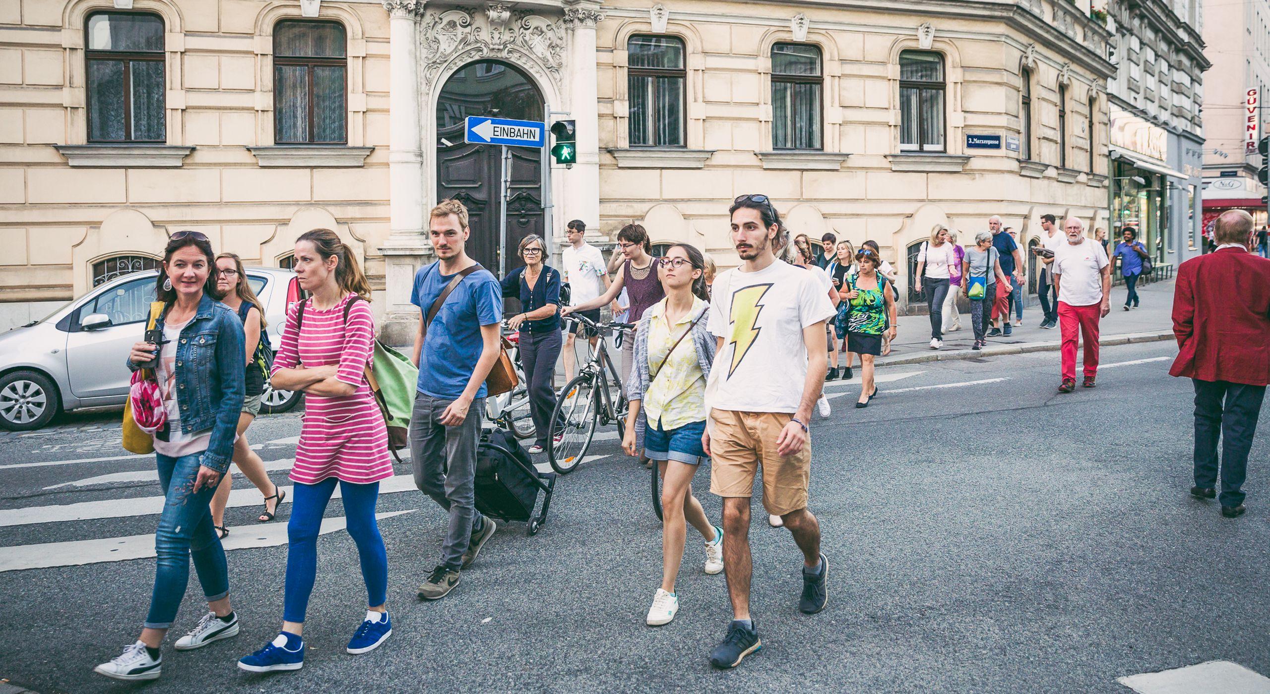 Eine Gruppe Menschen, Frauen, Männer, jung und alt spaziert bei