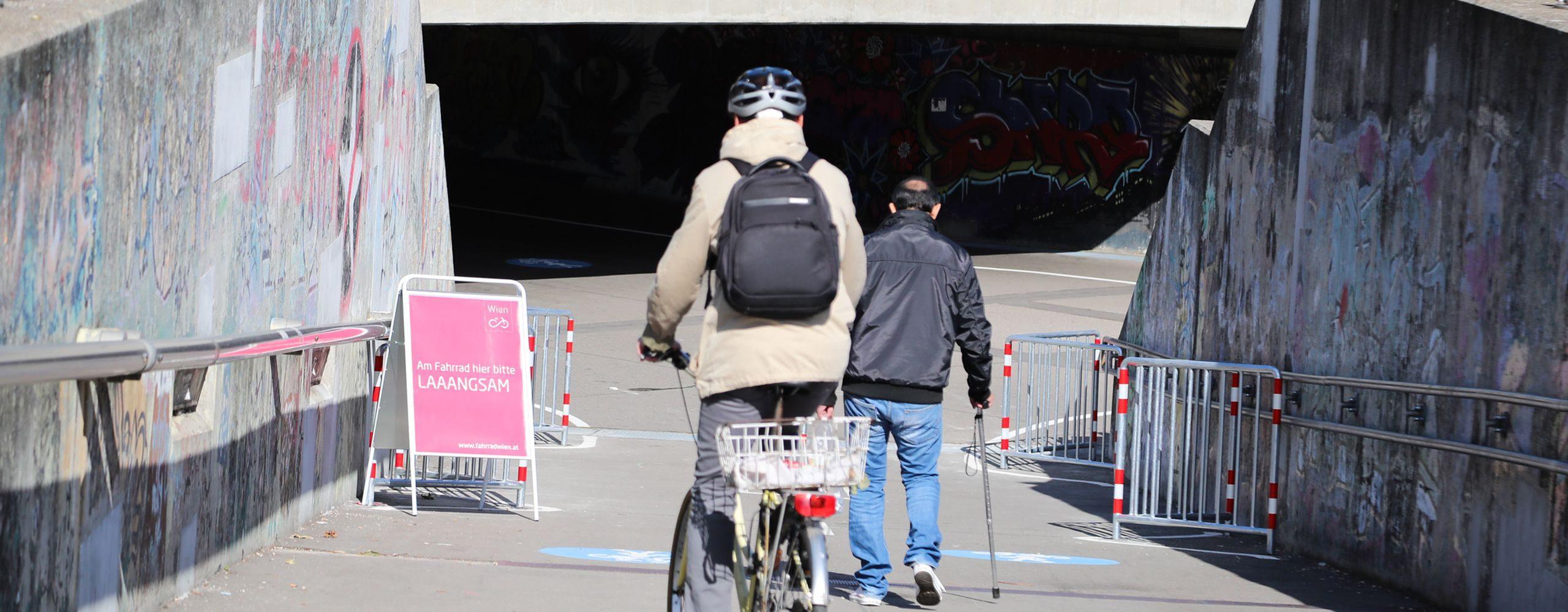 In der Unterführung Friedrich-Engels-Platz darf seit Oktober 2018 auch Radgefahren werden. Fahrrad Wien machte darauf aufmerksam, dass es gilt langsam und rücksichtsvoll unterwegs zu sein. Foto: Christian Fürthner