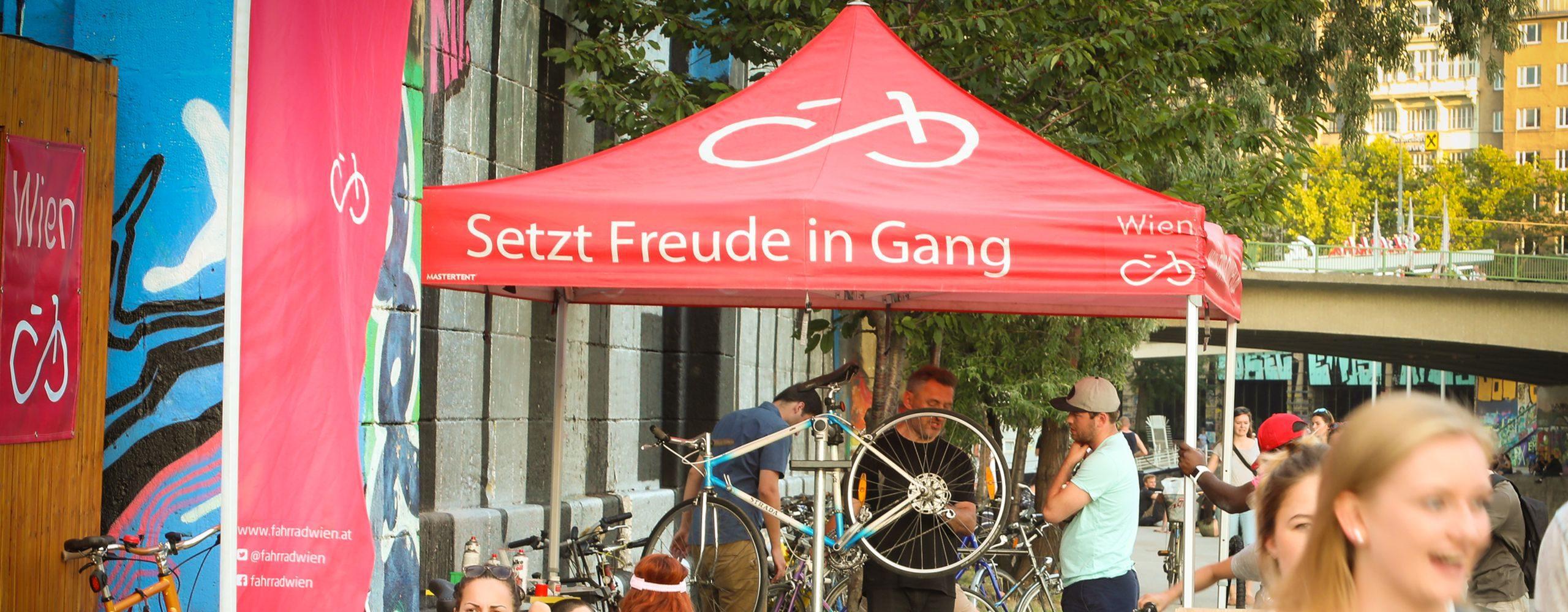 Bei kostenlosen Radchecks von Fahrrad Wien überprüft ein Fahrrad-Mechaniker, ob das Fahrrad noch funktioniert und repariert, falls nötig Kleinigkeiten. Foto: Christian Fürthner