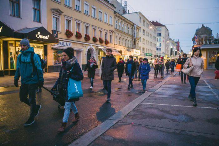 Beim gemeinsamen Spaziergang wurden Orte in Favoriten besucht. Foto: Heidi Pein