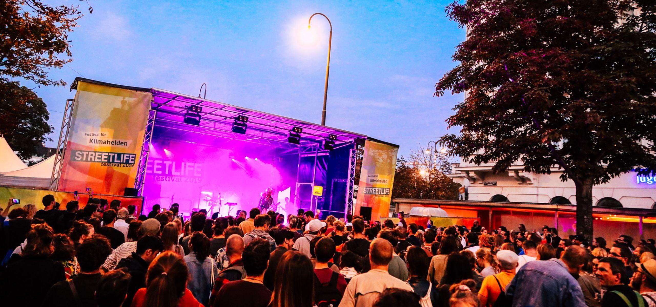 Streetlife Festival 2019. Die Band Ankathie Koi heizt am Abend dem Publikum ein. Tausende Besucherinnen und Besucher tanzen in der Babenberger Straße beim Straßen- und Mobilitätsfest zum Auftakt der Mobilitätswoche.