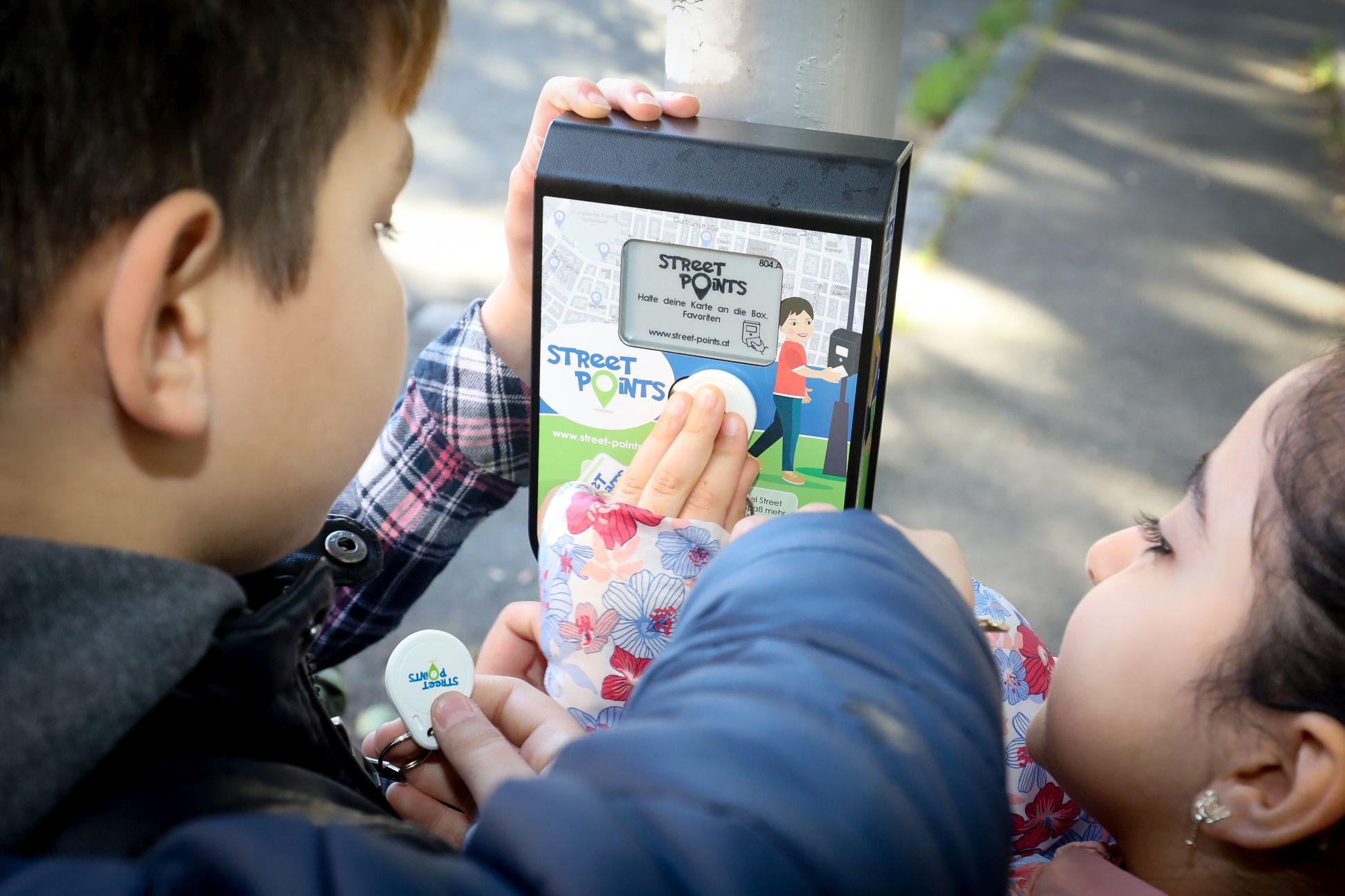 Street Point Boxen sind in Favoriten und Donaustadt aufgehängt. Die Kinder können beim Vorbeigehen ihre Schritte registrieren.