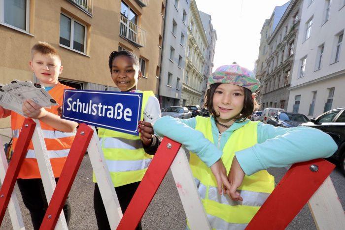 Kinder der Volksschule Gilgegasse freuen sich über die Schulstraße.
