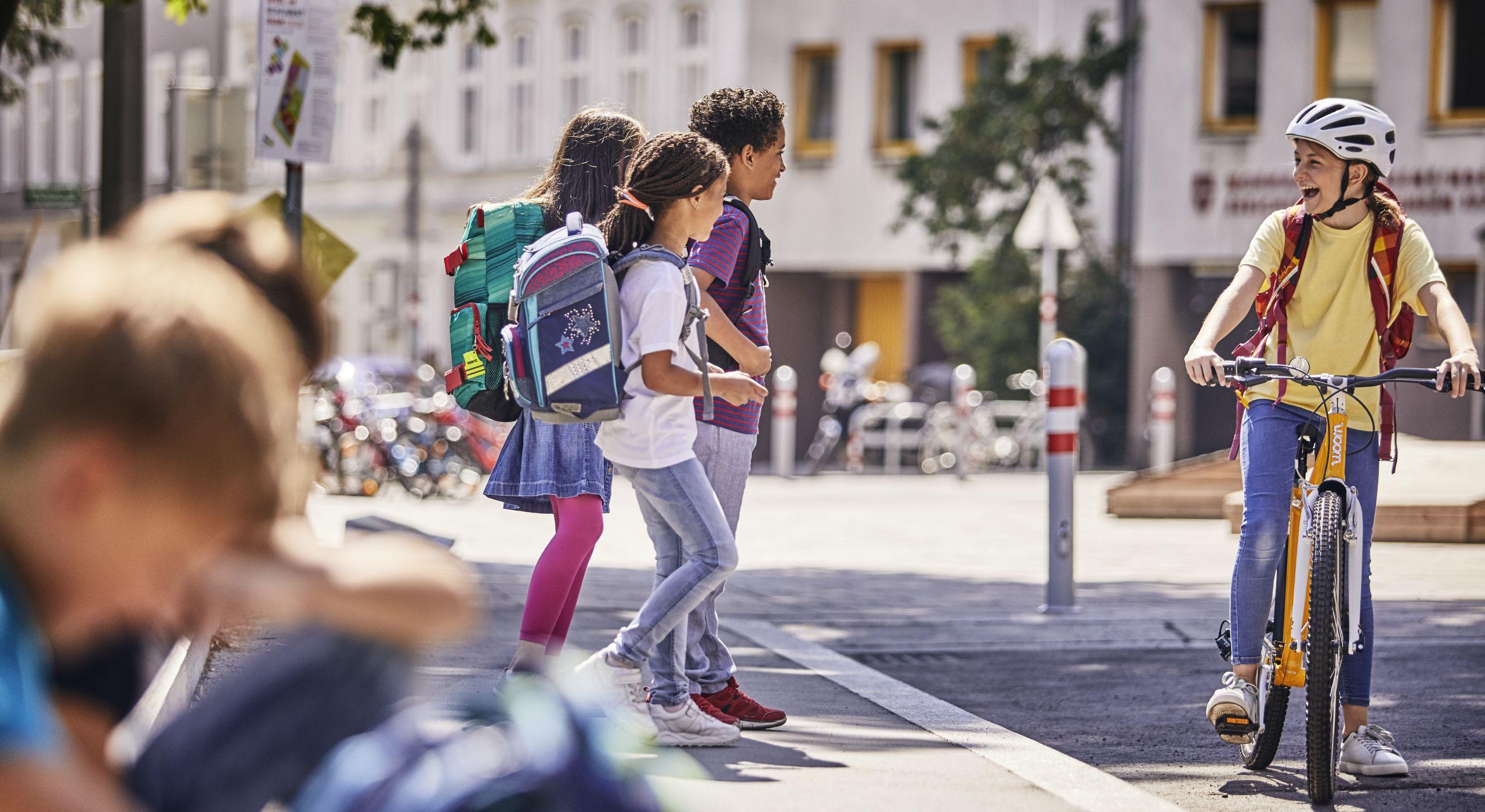 Kinder auf dem Weg zur Schule - zu Fuß und mit dem Rad