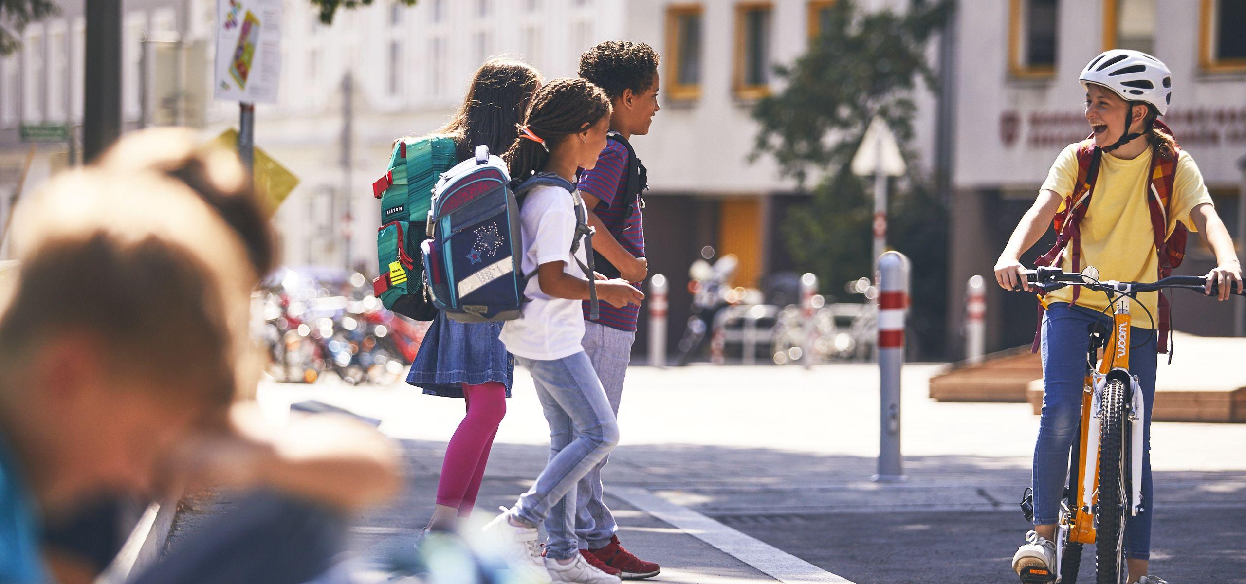 Kinder auf dem Schulweg, zu Fuß und mit dem Rad.