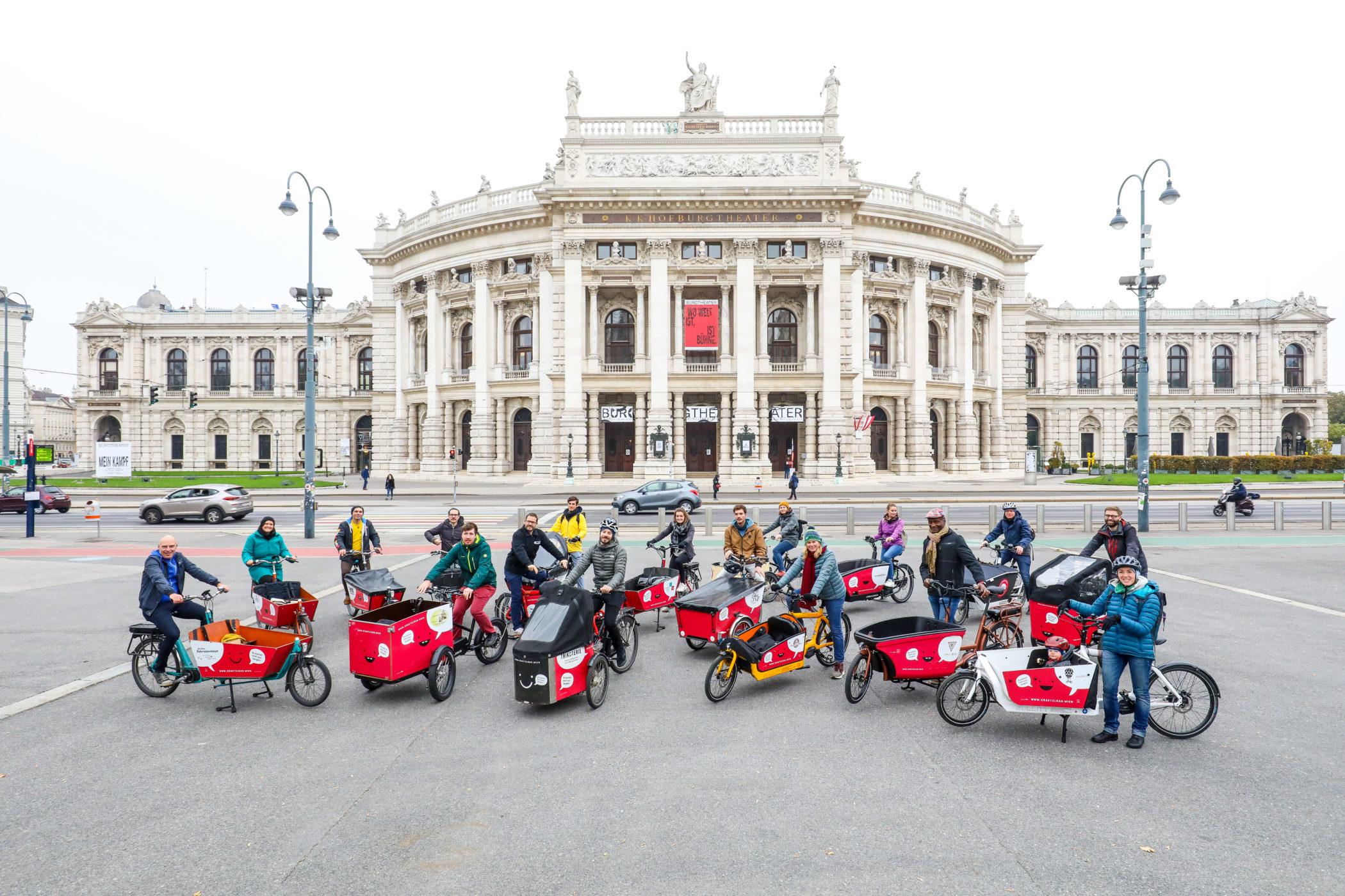 Die Flotte der Lastenräder die als Grätzlräder kostenlos ausgeborgt werden können vor dem Wiener Burgtheater