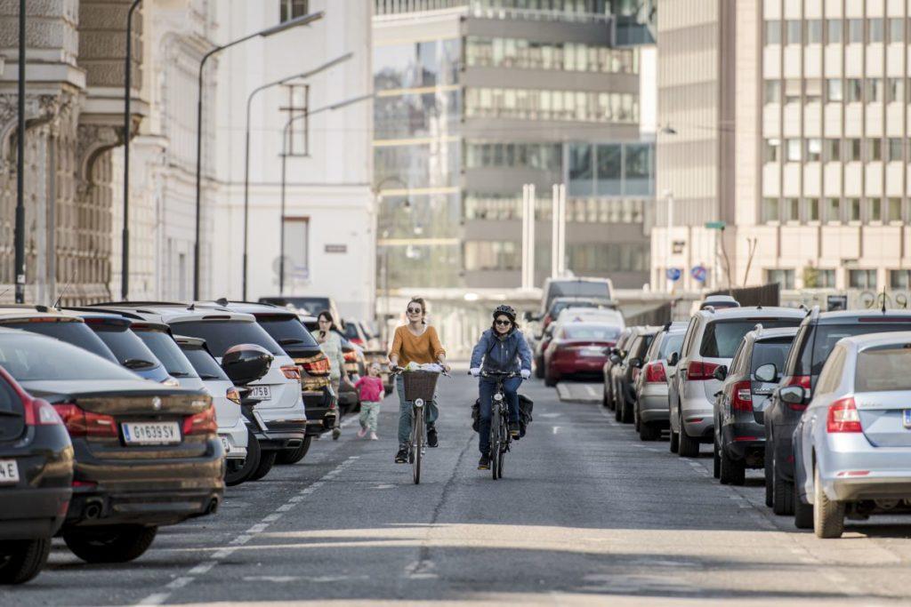 Radfahrerinnen radeln entlang der temporären Begegnungszone im Frühjahr 2020.